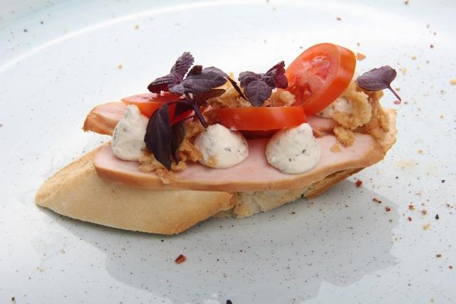 Sumuštinis su karštai rūkyta vištienos file, pomidorais ir svogūnų dribsniais
