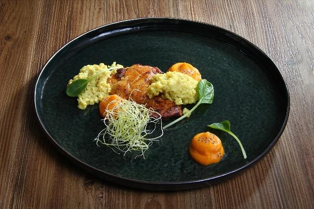 Šlaunelių mėsos kepsneliai su morkų ir kepinto pieno piurė-1