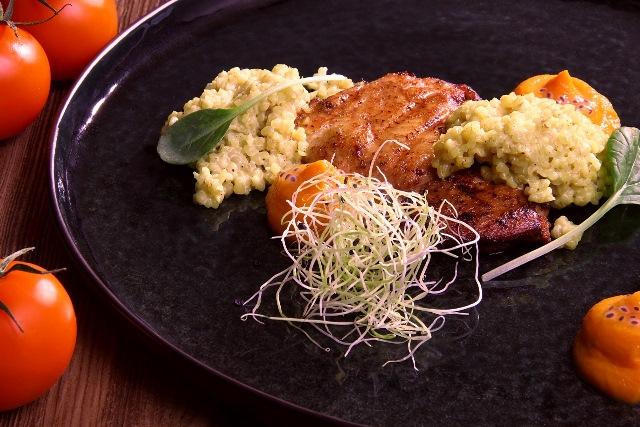 Šlaunelių mėsos kepsneliai su morkų ir kepinto pieno piurė-2