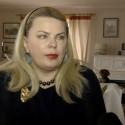 Iš prabangių namų metamą moterį prieš televizijos kameras apėmė panikos priepuolis