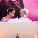 M. Šedžiuvienė ir A. Janonis pasirodymą surengė vonioje: nuogus kūnus dengė putos