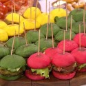 Vasario 16-osios šventė – spalvoti mėsainiai ir šimtas varpo dūžių bažnyčiose