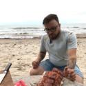 """""""Šefai vikingai"""" stebina ir gundo ant Baltijos jūros kranto kepamos laukinės lašišos aromatu"""