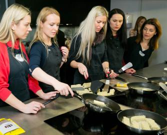 Renginio dalyviai išbando ispaninį šalaviją virtuvėje
