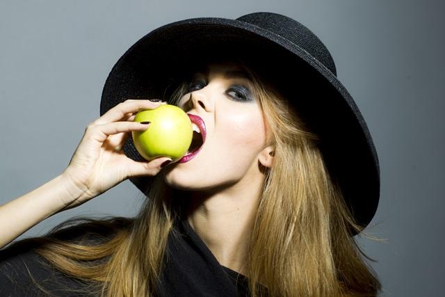 """""""mergina su obuoliu"""""""
