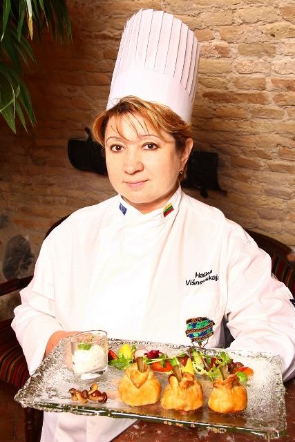Virtuvės šefė Halina Višnevskaja ir uzkandis Kibinai kitaip
