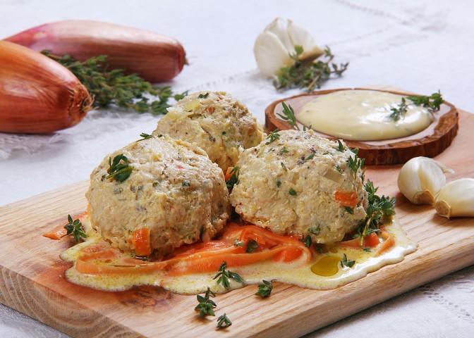 Smulkintos vištienos filė kukuliai troškinti grietinėlėje su čiobreliais, morkų patale-1 (Small)
