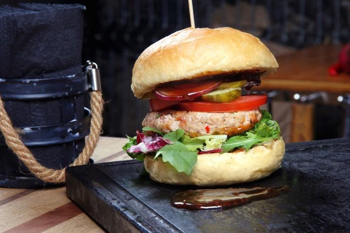 Sultingas mėsainis su  smulkintos viščiukų šlaunelių mėsos ir paprikų maltiniu (Small)