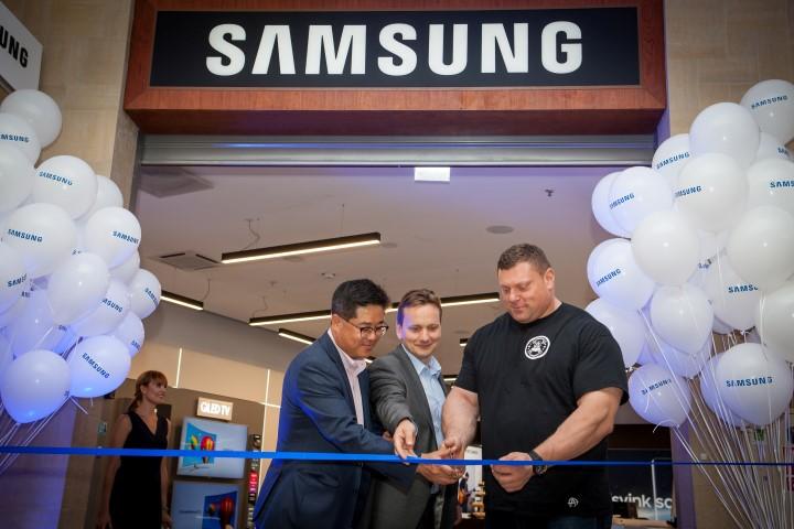 Samsung parduotuves atidarymas Vilniaus Panoramoje_Simonas Skupas ir Philip Choi (Small)