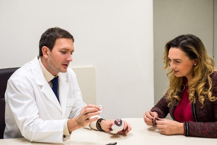 Jurga Anusauskiene konsultuoja mikrochirurgas dr Paulius Rudalevičius prieš lazerinę akių korekciją (Small)