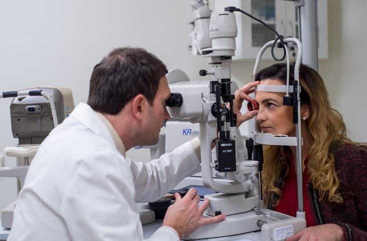 Jurga Anusauskiene tiria mikrochirurgas dr Paulius Rudalevičius prieš lazerinę akių korekciją (Small)