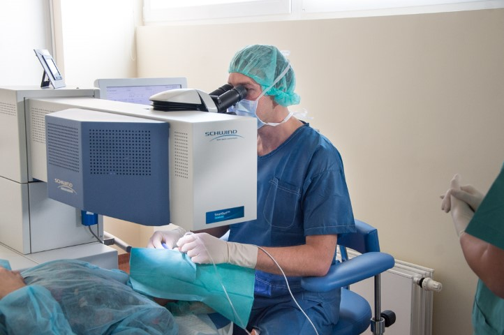 Jurgai Anusauskienei atliekama lazerine akiu korekcija Medicinos diagnostikos ir gydymo centre (Small)