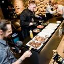 Žinomi Kauno vyrai neeiliniame renginyje mėgavosi grilyje keptais pavasariniais patiekalais bei plėtė žinias apie kubietiškus cigarus