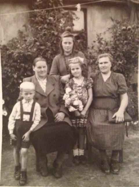 LR_TV_STL_Ritos mama (centre, su gėlėmis) su tetos šeima ir ją užauginusia Konstancija Motužiene
