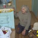 Vaizdas pribloškia: vaikščioti negalinti močiutė priversta… šliaužioti