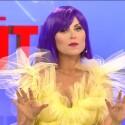 Televizijos paslaptys: kad įtalpintų į dviem dydžiais mažesnę suknelę, TV žvaigždes stilistai vynioja į maistinę plėvelę