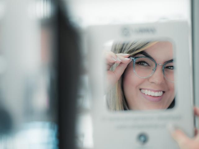 moteris matuojasi akinius